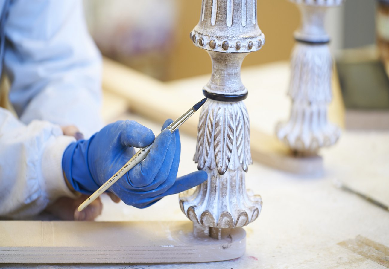 Two new finishings exalt the beauty and the expertise of the woodcarving.